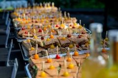 Buffet met diverse soorten broodjes